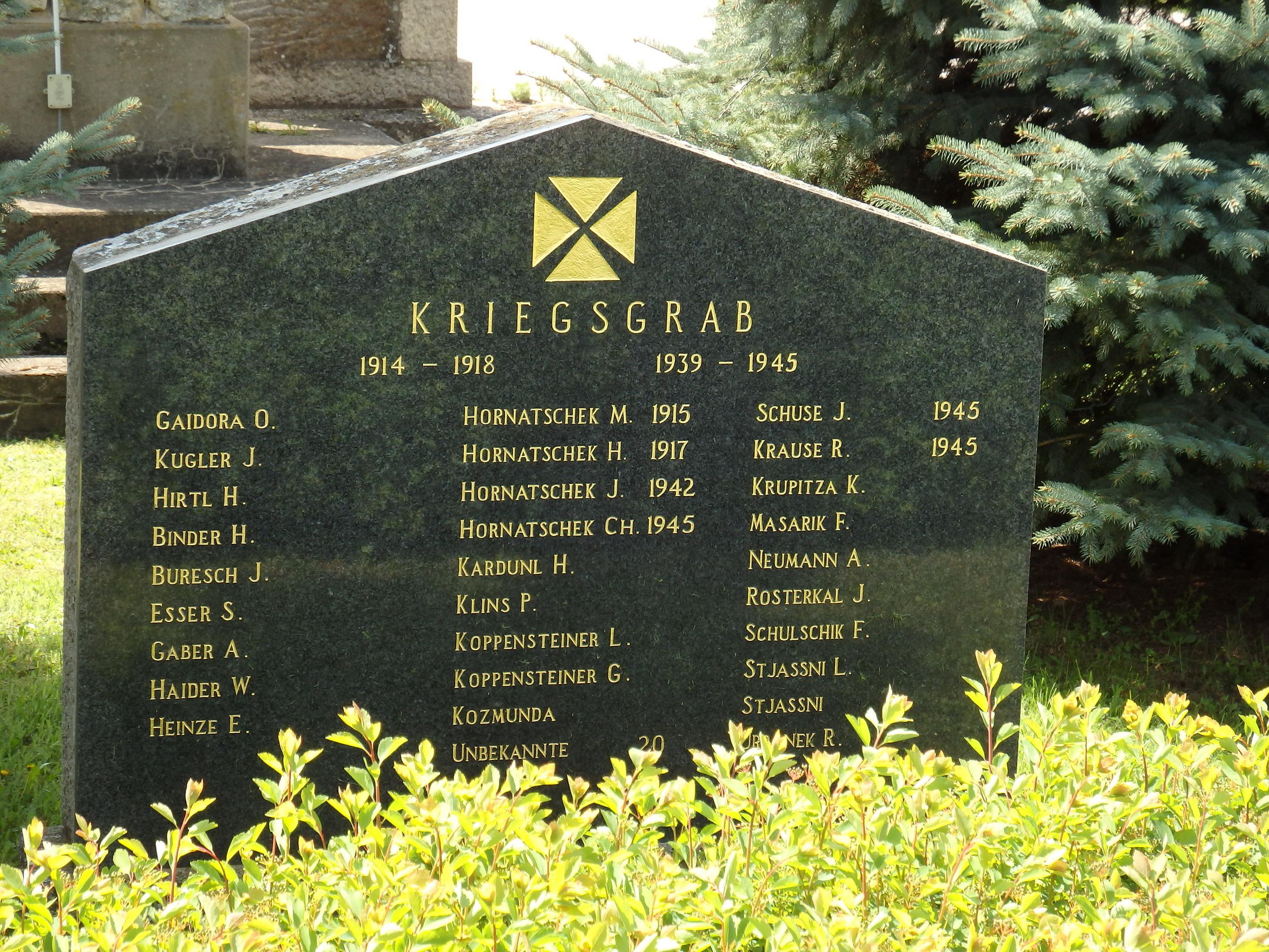 © Gedenkstein auf dem Kriegergrab vor der Pfarrkirche in Rabensburg, © Elisabeth Vavra