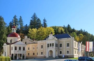 Die Töpper-Kapelle und das Schloss in Neubruck