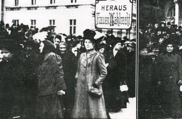 Wahlrechtsdemonstration der SDAP (sozialdemokratische Arbeiterpartei) anlässlich des ersten internationalen Frauentages am 19. März 1911 in Wien(Stiftung Bruno Kreisky Archiv)