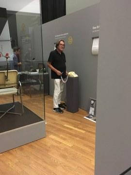 Checo Sterneck in der Ausstellung