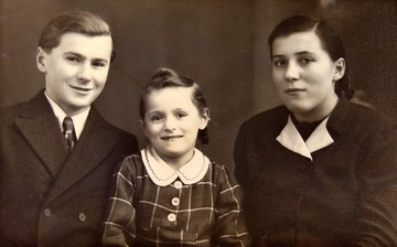 Lotte Sekoranja (Bild Mitte) mit ihren Eltern