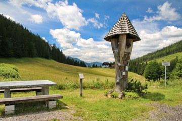 Das Denkmal für die Lawinenopfer auf dem Lahnsattel (© Elisabeth Vavra)