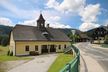 Die alte Schule in Lahnsattel (© Elisabeth Vavra)